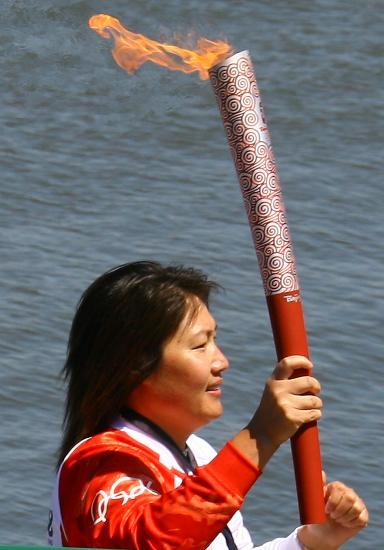 图文-北京奥运圣火在旧金山传递 林莉高举火炬