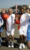 图文-北京奥运圣火在旧金山传递 斯特恩和篮球选手
