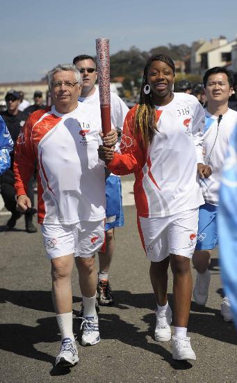 图文-北京奥运圣火在旧金山传递 同举火炬跑步前进