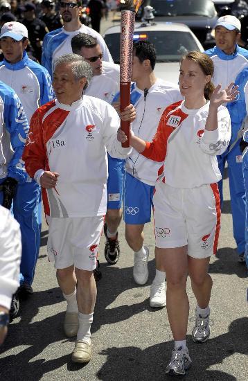 图文-北京奥运会火炬在旧金山传递 向路边群众致意