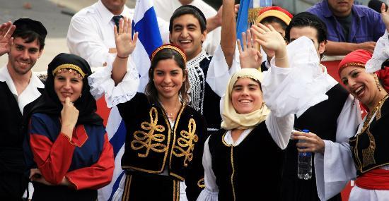 图文-奥运圣火在布宜诺斯艾利斯传递 当地演员挥手