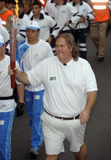 图文-奥运圣火在布宜诺斯艾利斯传递 高举祥云火炬