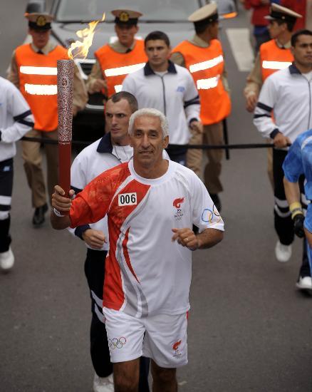 图文-圣火在布宜诺斯艾利斯传递 马塞洛传递火炬