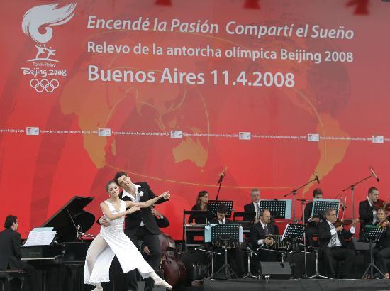 图文-圣火在布宜诺斯艾利斯传递 演员进行表演