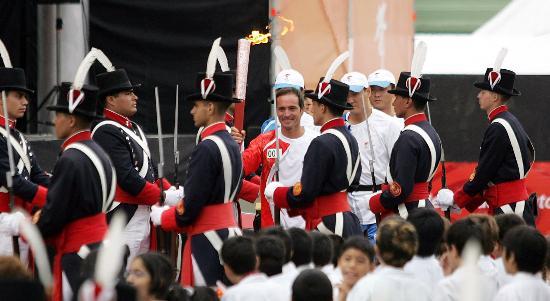 图文-圣火在布宜诺斯艾利斯传递 仪仗队周围护卫