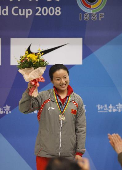 图文-射击世界杯女子10米气步枪 任洁领奖露出微笑
