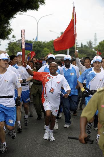 图文-奥运火炬在达累斯萨拉姆传递 奥运英雄手持火炬