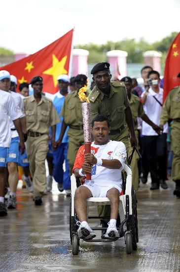 图文-圣火在达累斯萨拉姆传递 残疾人火炬手