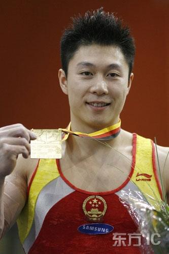 图文-体操世界杯德国站中国3金 李小鹏骄傲展示金牌