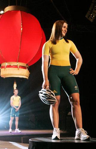 图文-澳洲奥运代表团队服展示 红灯笼做米尔斯背景