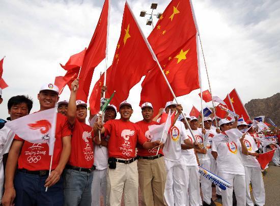 图文-圣火传递活动在马斯喀特举行 五星红旗飘扬
