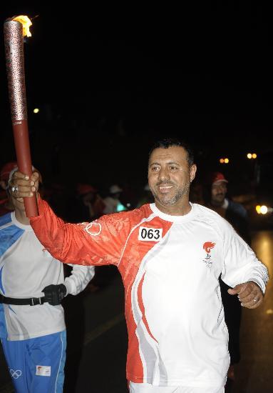 图文-圣火传递活动在马斯喀特举行 穆巴拉克传递