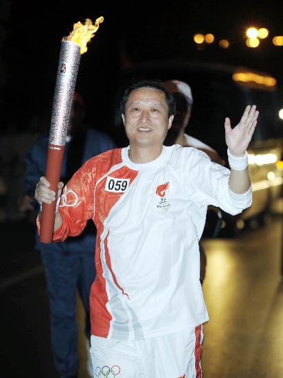 图文-圣火传递活动在马斯喀特举行 华人火炬手