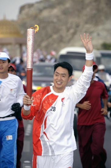 图文-圣火传递活动在马斯喀特举行 在山岭间行进