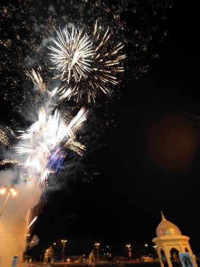 图文-圣火传递在马斯喀特举行 城市上空绽放花火
