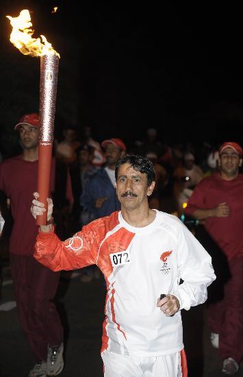 图文-圣火传递活动在马斯喀特举行 贾比尔手持火炬
