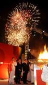 图文-圣火传递活动在马斯喀特举行 燃放焰火庆祝