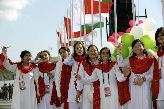 图文-北京奥运圣火伊斯兰堡传递 女青年列队迎接