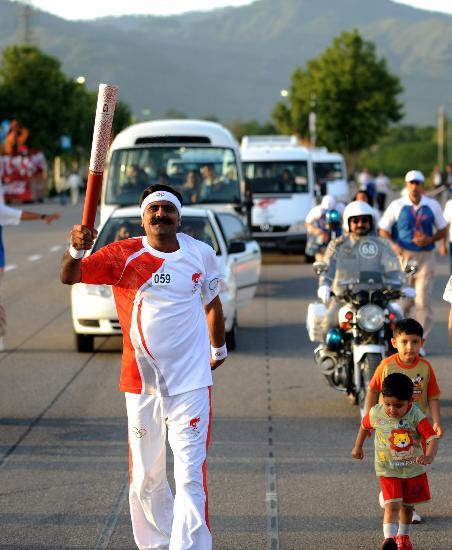 图文-北京奥运圣火在伊斯兰堡传递 小朋友尾随其后