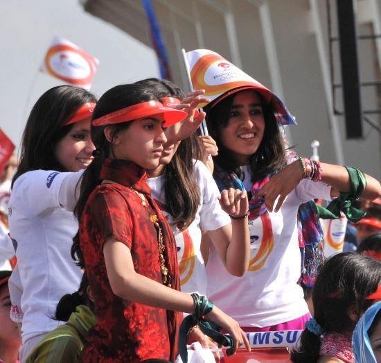图文-北京奥运圣火在伊斯兰堡传递 可爱的小女孩