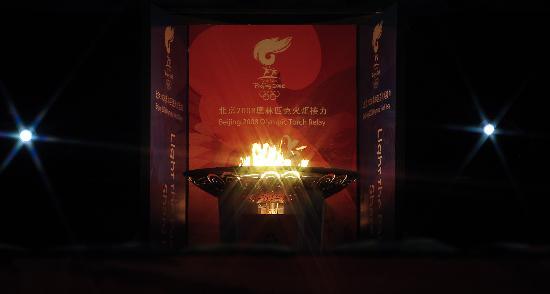 图文-北京奥运圣火在伊斯兰堡传递 圣火盆美景