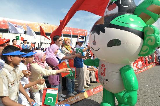 图文-北京奥运圣火在伊斯兰堡传递 福娃活跃气氛