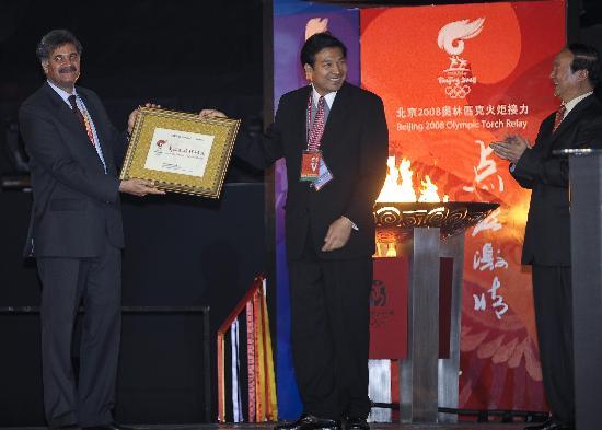 图文-北京奥运圣火在伊斯兰堡传递 火炬城市证书