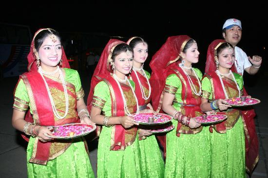 图文-奥运圣火抵达新德里 印度女青年列队迎圣火
