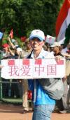 """图文-奥运圣火在新德里传递 美女打出""""我爱中国"""""""