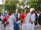 图文-北京奥运圣火在新德里传递 火炬手微笑传递
