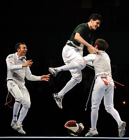 图文-意大利队获男子花剑团体冠军 兴奋的跳了起来