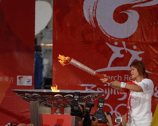 图文-北京奥运圣火在曼谷传递 末棒点燃圣火盆