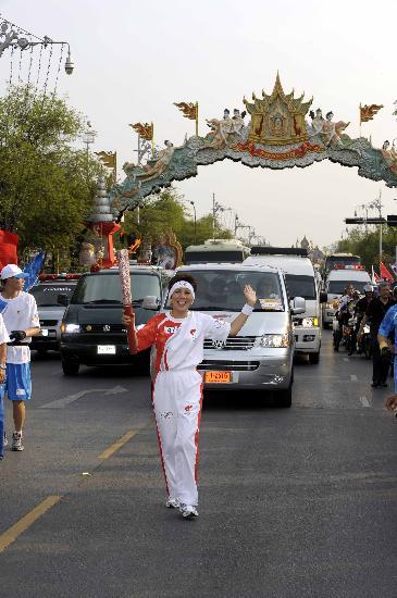 图文-北京奥运圣火在曼谷传递 努塔翁手持火炬传递