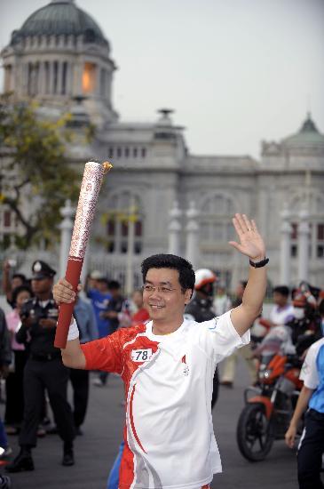 图文-北京奥运圣火在曼谷传递 豪伊很有领导气派