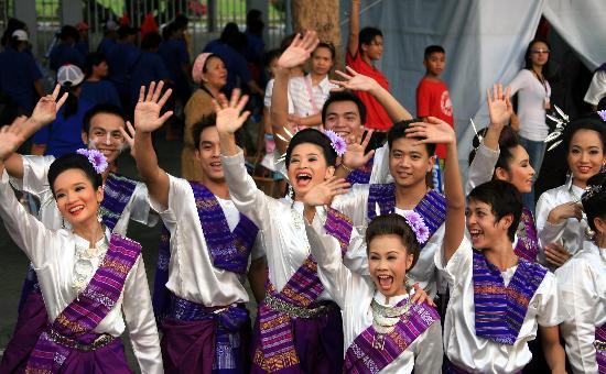 图文-北京奥运圣火在曼谷传递 泰国舞蹈演员来助兴