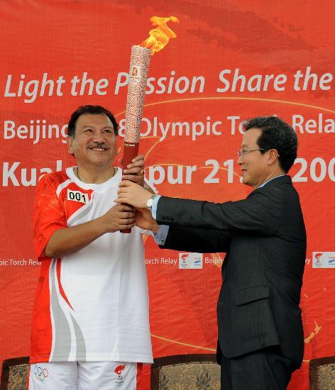 图文-奥运圣火在吉隆坡传递 主席第一棒倍感荣耀