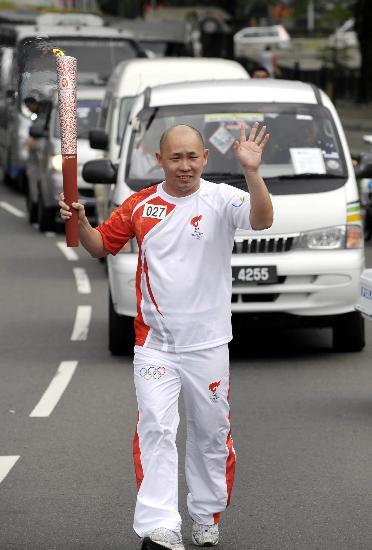 图文-北京奥运圣火在吉隆坡传递 叶锦福传递火炬