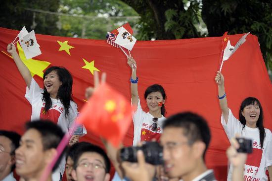 图文-北京奥运圣火在吉隆坡传递 华人华侨为圣火加油