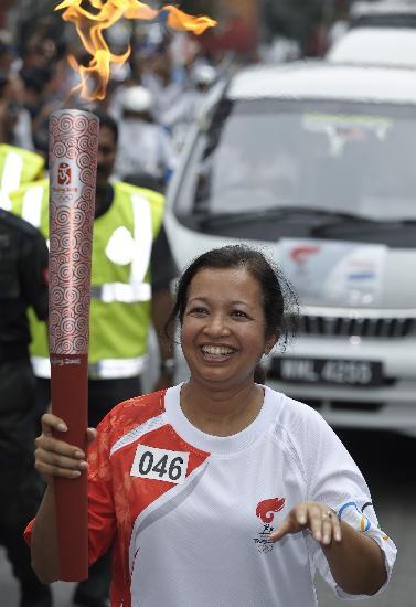 图文-北京奥运圣火在吉隆坡传递 玛丽娜开心传递火炬