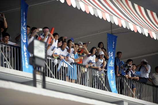图文-奥运圣火在吉隆坡传递 当地民众热情迎接圣火