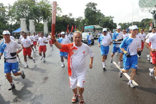 图文-奥运圣火在印尼雅加达传递 戈塞手持火炬