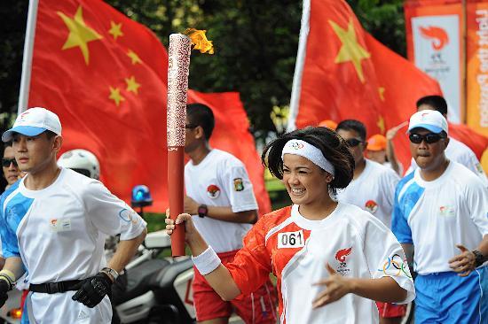 图文-奥运圣火在印尼雅加达传递 著名演员尼利纳