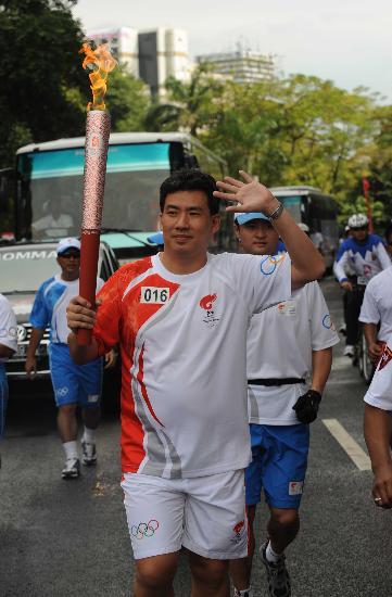 图文-奥运圣火在印尼雅加达传递 魏仁芳手持火炬