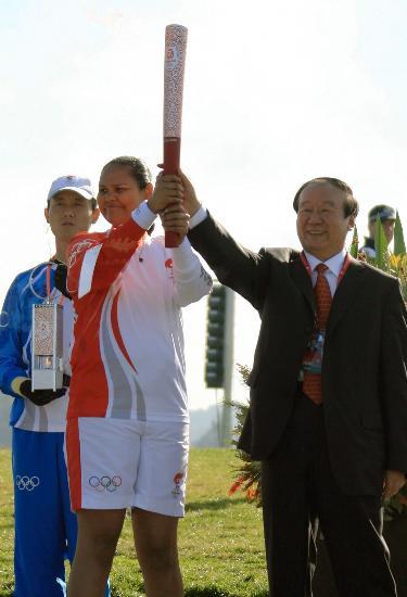 图文-北京奥运圣火在堪培拉传递 首棒与蒋效愚同举