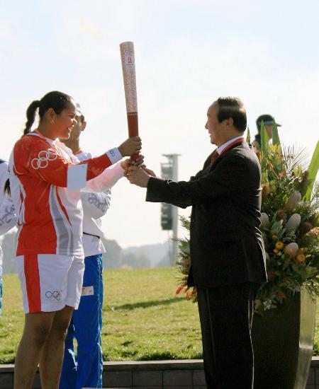 图文-奥运圣火在堪培拉传递 从蒋效愚手中接过火炬