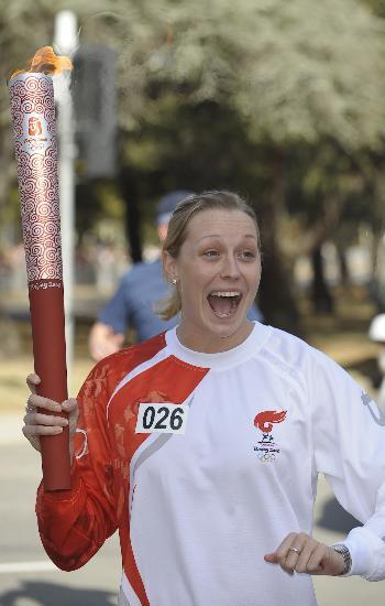 图文-北京奥运圣火在堪培拉传递 米尔斯手持火炬