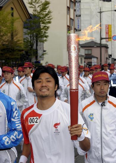 图文-北京奥运会火炬在长野传递 高举火炬喜传圣火