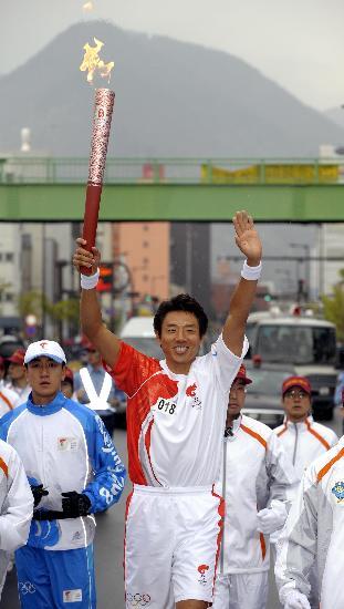 图文-北京奥运会火炬在长野传递 松冈修造挥手致意