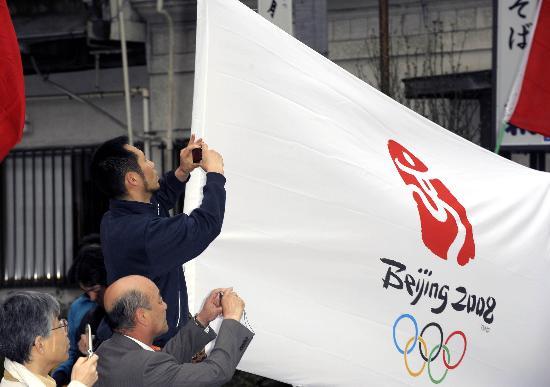 图文-北京奥运会火炬在长野传递 群众沿途拍摄圣火