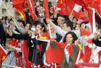 图文-北京奥运会火炬在长野传递 沿街飘扬五星红旗